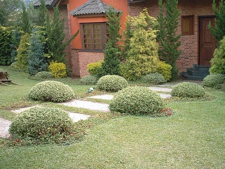 Jardim europeu em Ibiúna : Jardins  por REJANE HEIDEN PAISAGISMO