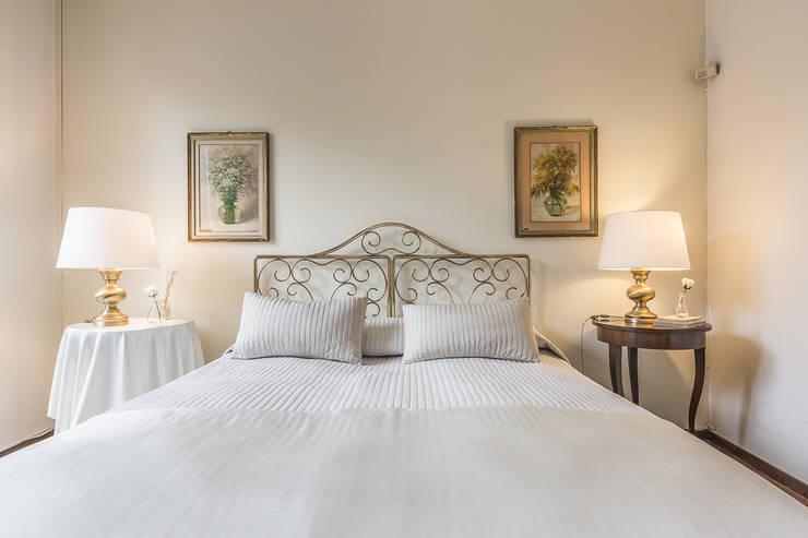 La casa delle opportunità: Camera da letto in stile in stile Classico di Bologna Home Staging