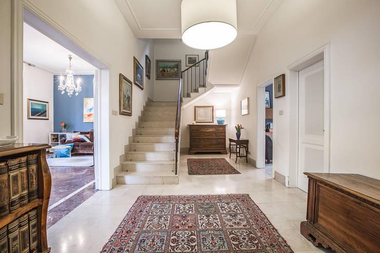 La casa delle opportunità: Ingresso & Corridoio in stile  di Bologna Home Staging