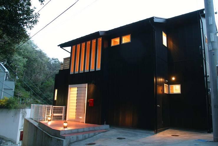 ガルバリウム鋼板の外壁: Gen Design Factoryが手掛けた家です。,