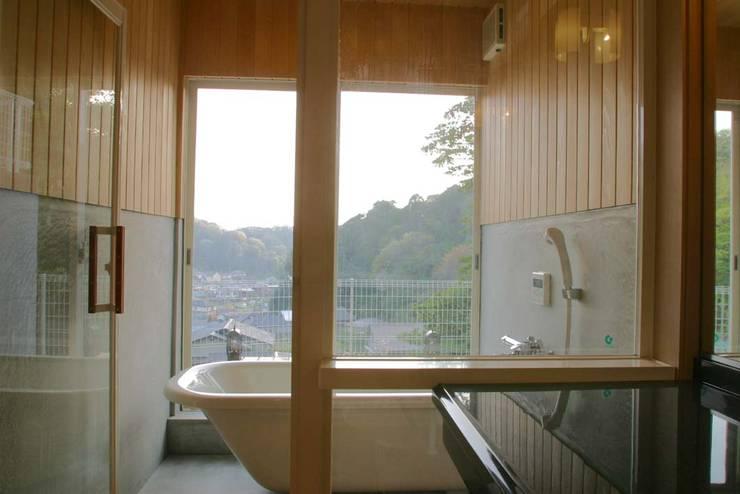 神奈川県鎌倉市 大町の家: Gen Design Factoryが手掛けた浴室です。,