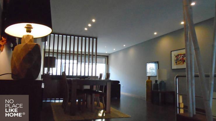 Dining Room: Casa  por No Place Like Home ®