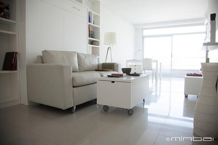 Cama rebatible + Sillón movible + mobiliario multifuncional: Livings de estilo minimalista por MINBAI