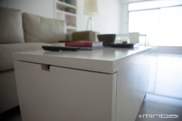 Guardado + Mesa: Livings de estilo  por MINBAI
