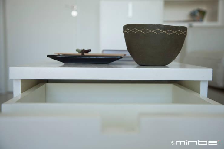 Guardado + deco: Livings de estilo  por MINBAI