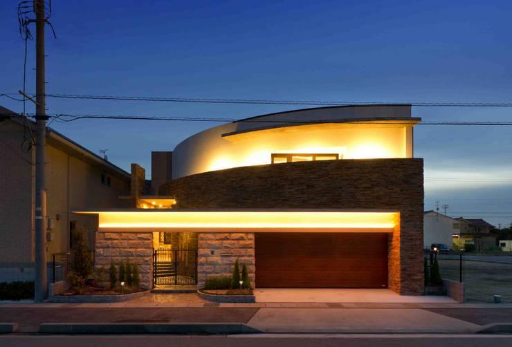 曲線のファサード: イデア建築デザイン事務所が手掛けた家です。