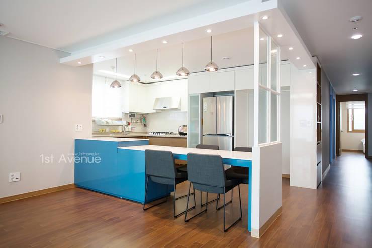 시원한 블루가 포인트 되어주는 인테리어: 퍼스트애비뉴의  주방,모던