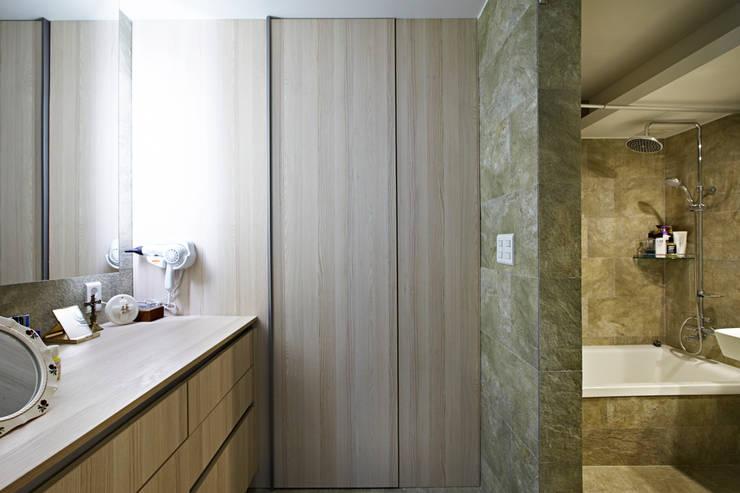Bagno in stile in stile Moderno di housetherapy