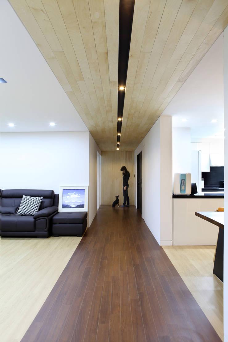 Hongeun-dong apartment unit remodeling: designband YOAP의  복도 & 현관