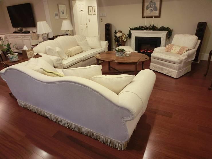 3 seater camel back sofa Reupholsered: (株)工房スタンリーズが手掛けたリビングルームです。