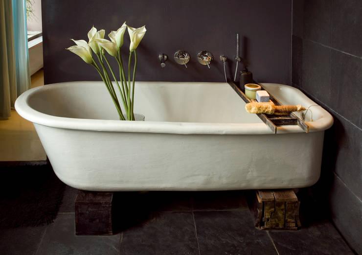 Badevanne auf Balken - Bad im Retro-Stil:  Badezimmer von Baltic Design Shop