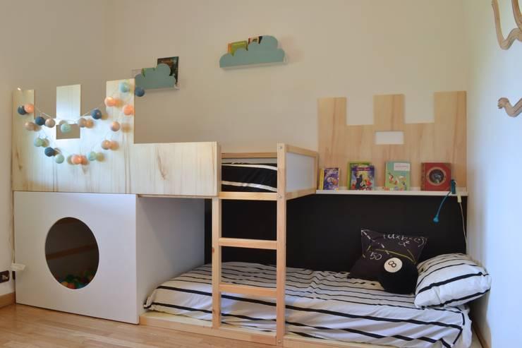 STAGING DI UNA CASA VACANZA: Stanza dei bambini in stile in stile Moderno di Home Lifting