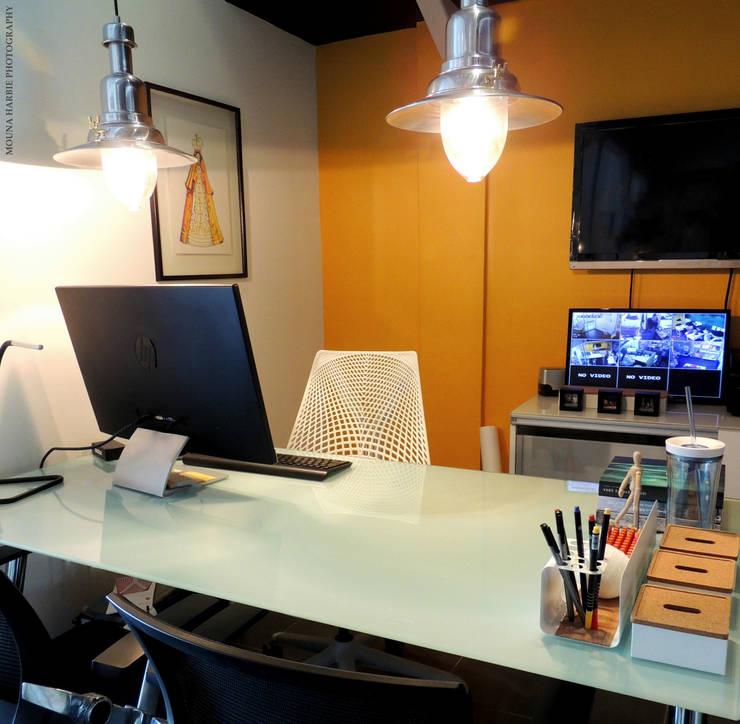 Oficina Director: Tiendas y espacios comerciales de estilo  por RL+N Arquitectura
