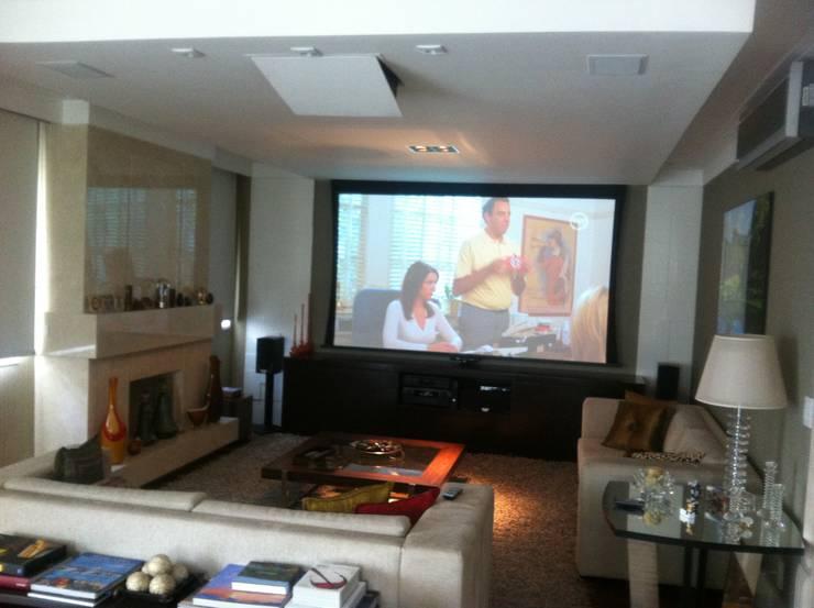 Telão em apartamento: Salas de estar modernas por Audiohome