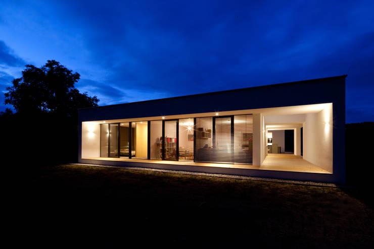Bungalow R. in Stoob/Burgenland - Gartenansicht  bei Nacht:  Häuser von PASCHINGER ARCHITEKTEN ZT KG