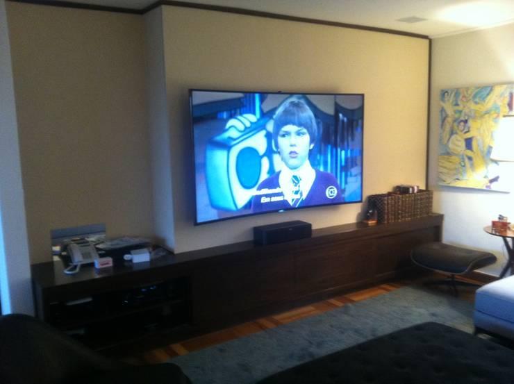 Apartamento Morumbi - SP 1 Home Theater: Salas de estar  por Audiohome