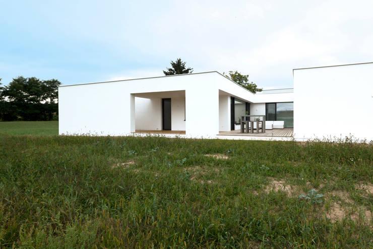 Bungalow R. in Stoob/Burgenland: moderne Häuser von PASCHINGER ARCHITEKTEN ZT KG