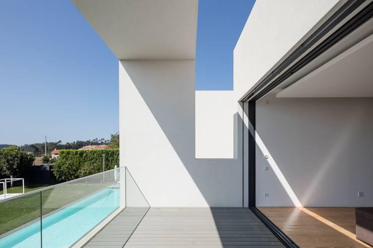 Casa Touguinhó II: Terraços  por Raulino Silva Arquitecto Unip. Lda