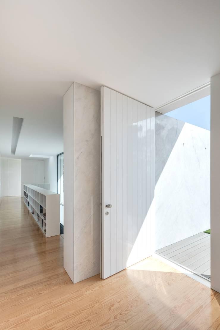 Casa Touguinhó II: Corredores e halls de entrada  por Raulino Silva Arquitecto Unip. Lda