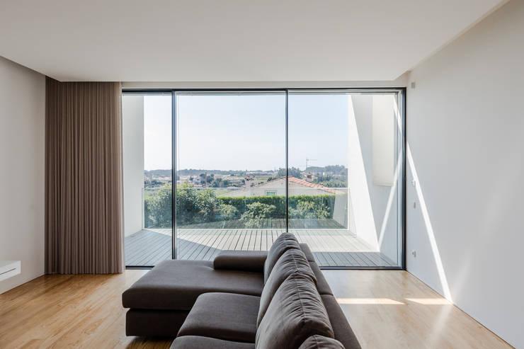 Casa Touguinhó II: Salas de estar minimalistas por Raulino Silva Arquitecto Unip. Lda