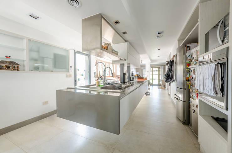 CASA BNG: Cocinas de estilo  por BLOS Arquitectos