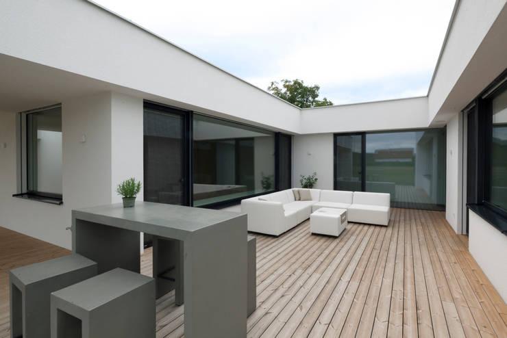 Bungalow R. in Stoob/Burgenland - Atrium:  Terrasse von PASCHINGER ARCHITEKTEN ZT KG
