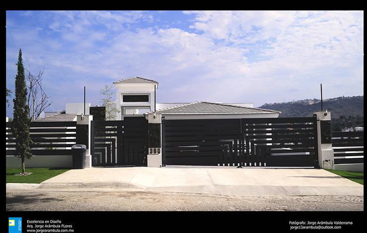 fachada principal: Casas de estilo  por Excelencia en Diseño