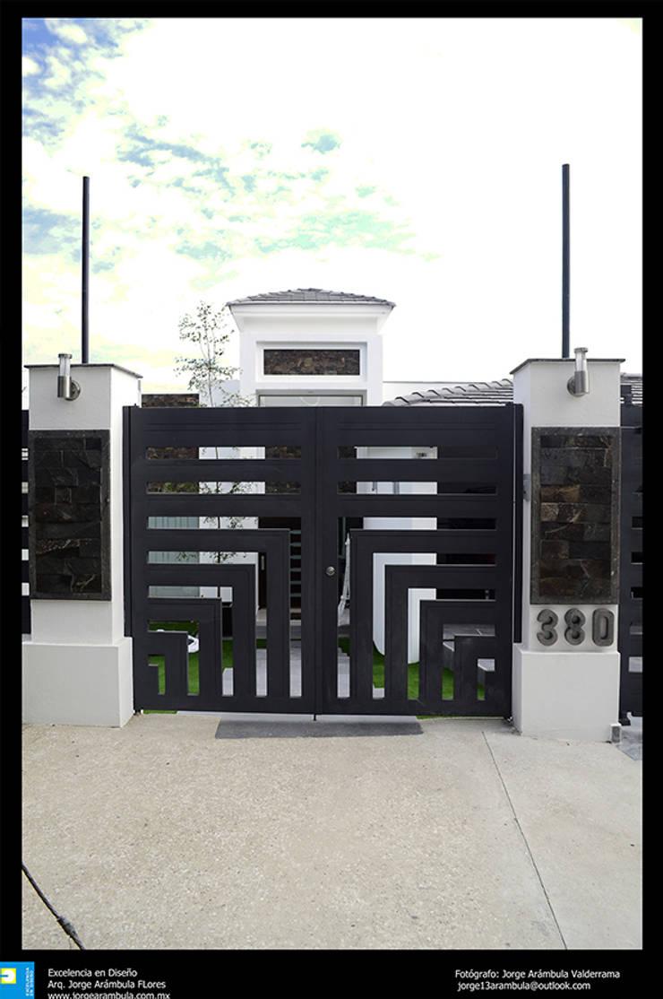 puerta exterior de ingreso: Casas de estilo  por Excelencia en Diseño
