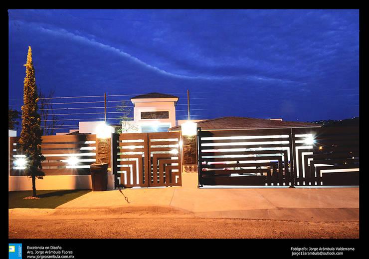 fachada nocturna: Casas de estilo moderno por Excelencia en Diseño