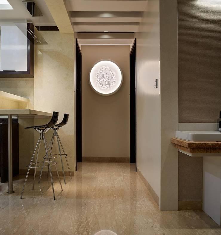 Apartment at Tirupur:  Corridor & hallway by Cubism