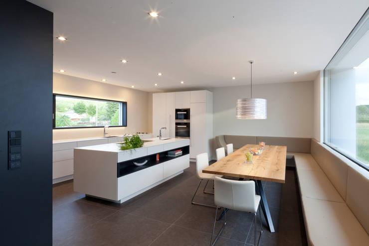 Bungalow R. in Stoob/Burgenland - Wohnküche: moderne Esszimmer von PASCHINGER ARCHITEKTEN ZT KG