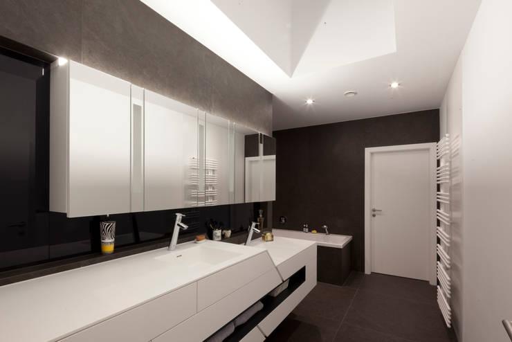 Bungalow R. in Stoob/Burgenland - Bad: moderne Badezimmer von PASCHINGER ARCHITEKTEN ZT KG