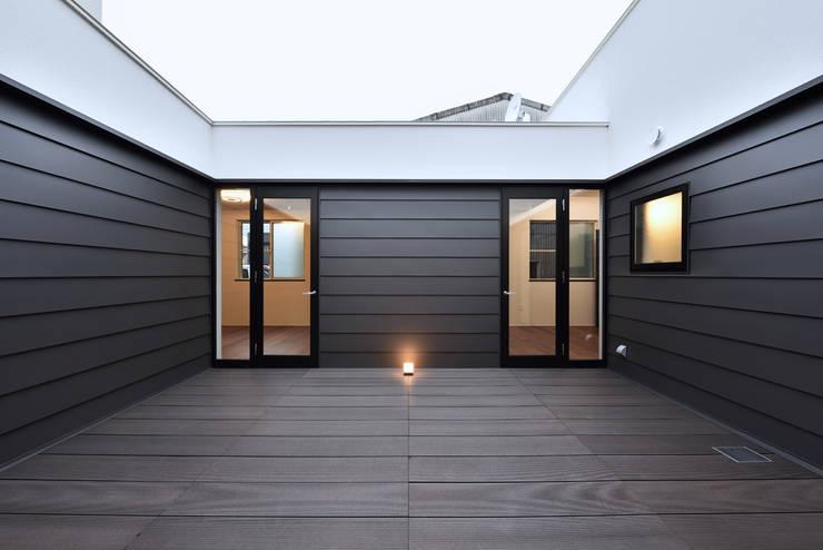 Balcones y terrazas de estilo ecléctico de Egawa Architectural Studio Ecléctico