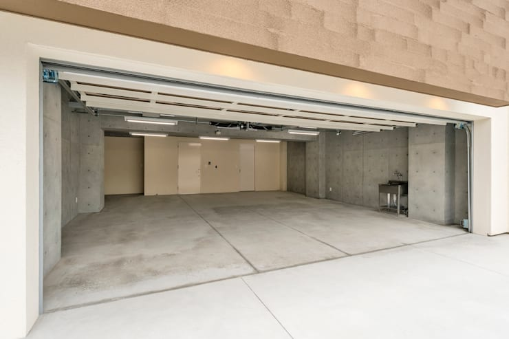 傾斜地に建つ家: Egawa Architectural Studioが手掛けたガレージです。,
