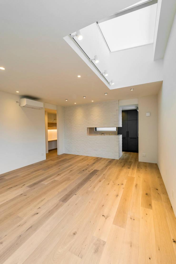 傾斜地に建つ家: Egawa Architectural Studioが手掛けたリビングです。,