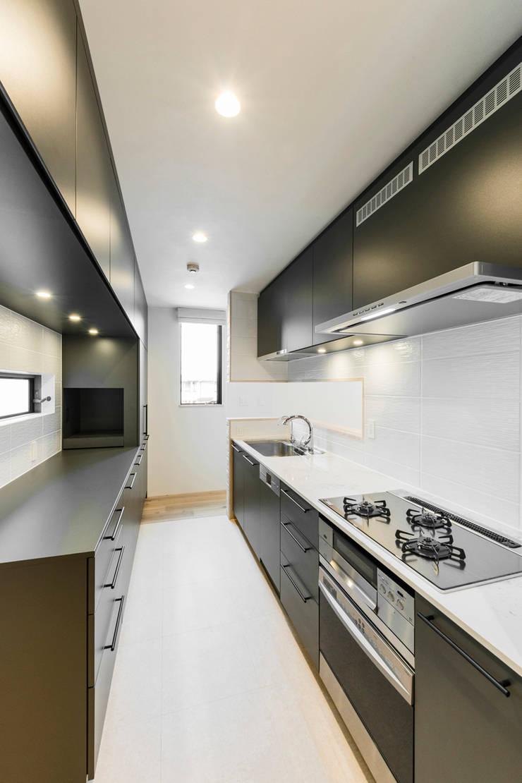 傾斜地に建つ家: Egawa Architectural Studioが手掛けたキッチンです。,