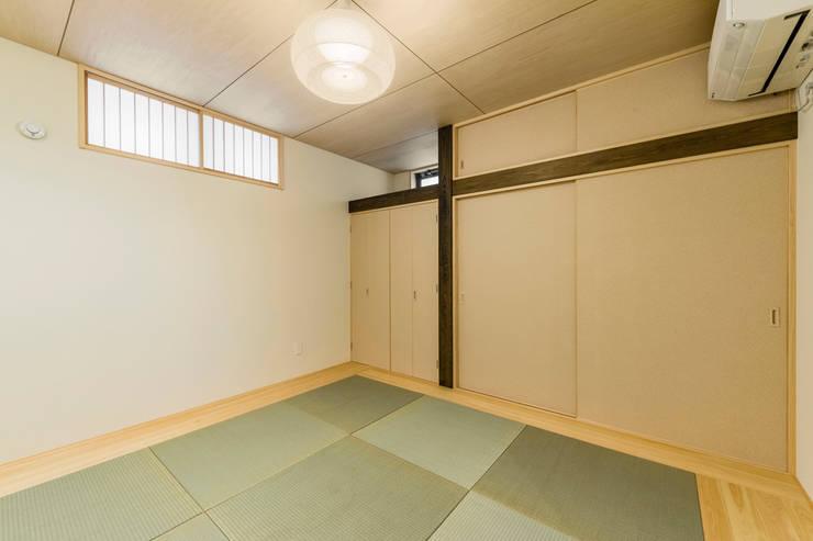 傾斜地に建つ家: Egawa Architectural Studioが手掛けた和室です。,