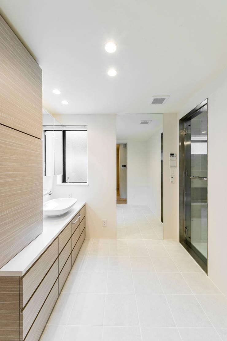 傾斜地に建つ家: Egawa Architectural Studioが手掛けた浴室です。,