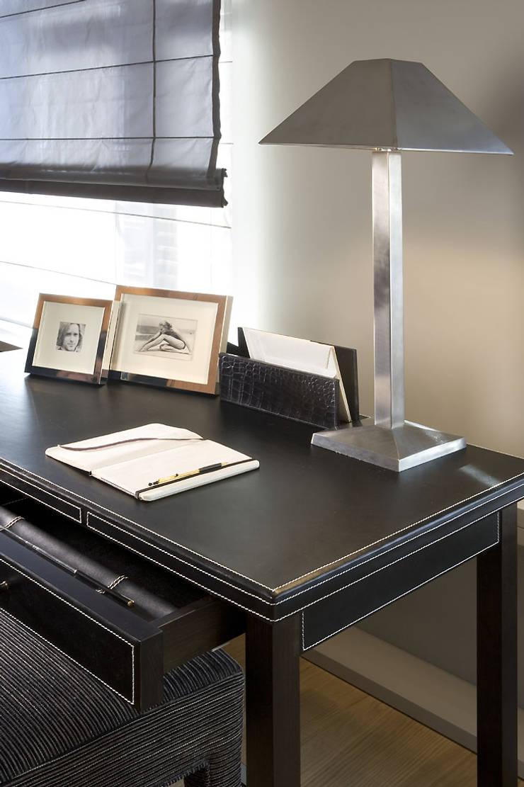 Elegancki gabinet: styl , w kategorii Domowe biuro i gabinet zaprojektowany przez Intelidom Group Sp. z o.o.,