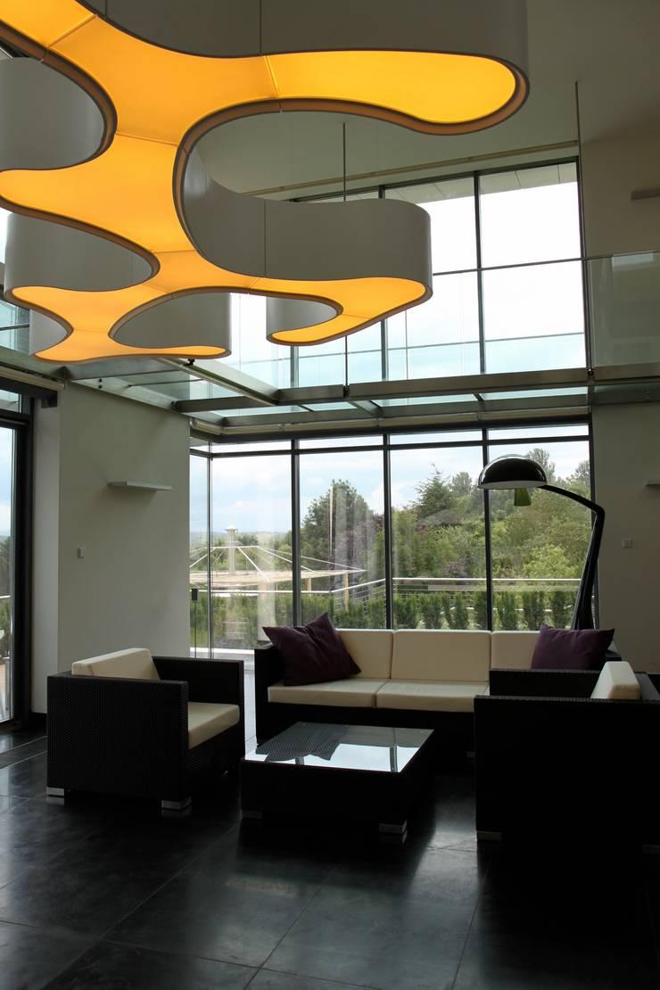 Awangardowe oświetlenie: styl , w kategorii Salon zaprojektowany przez Intelidom Group Sp. z o.o.
