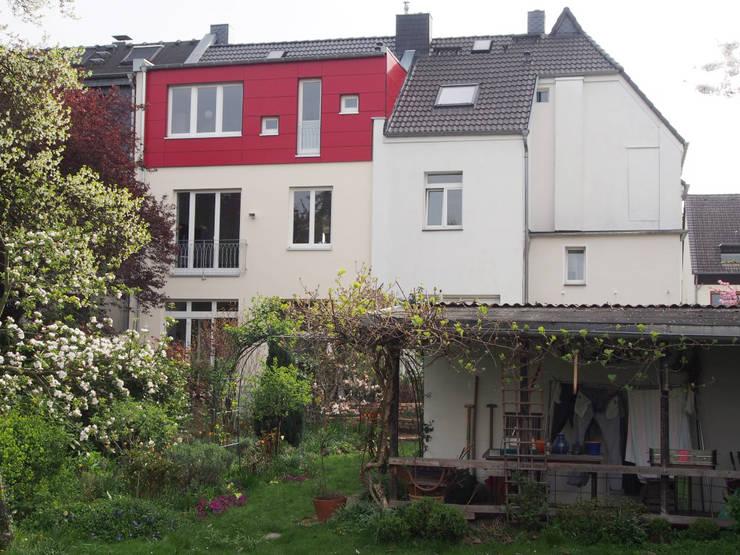 Sanierung eines 100-jährigen bergischen Jugendstil-Hauses: moderne Häuser von Noesser Padberg Architekten GmbH