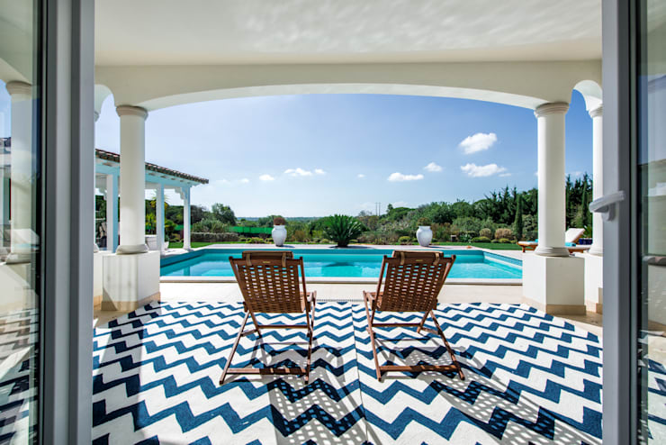 VILAMOURA . INTERDESIGN: Piscina  por Interdesign Interiores