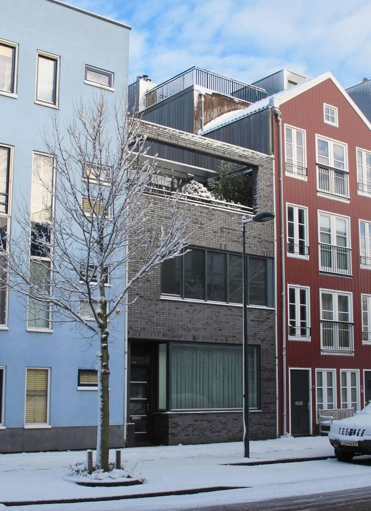 Voorzijde moderne stadsvilla Amsterdam:  Huizen door Villa Delphia