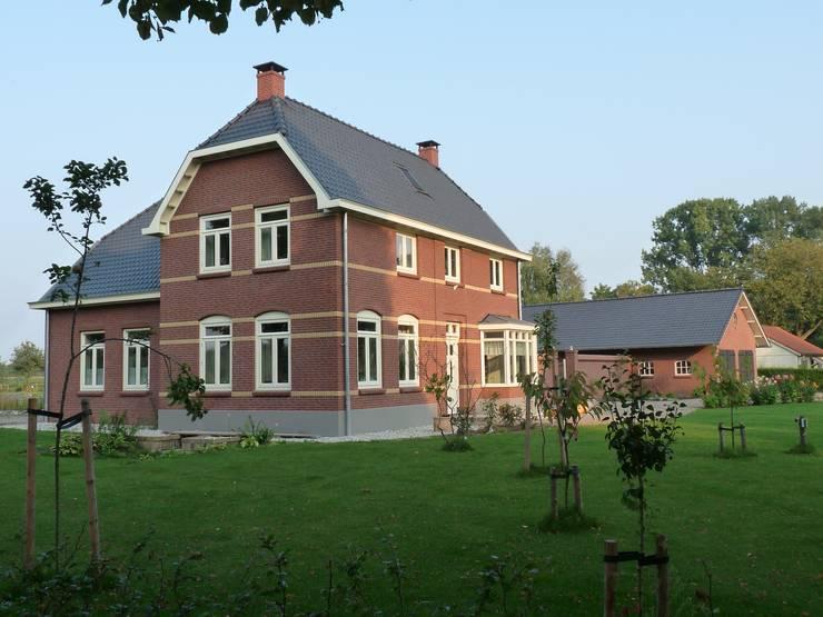 Vooraanzicht energieplus huis met Jugenstil kenmerken:  Huizen door Villa Delphia