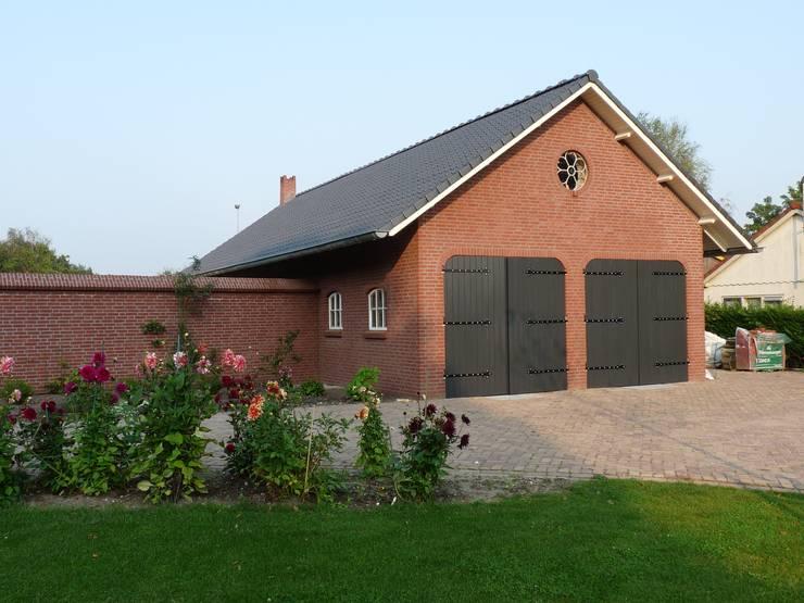 Garage energieplus huis met Jugenstil kenmerken:  Huizen door Villa Delphia