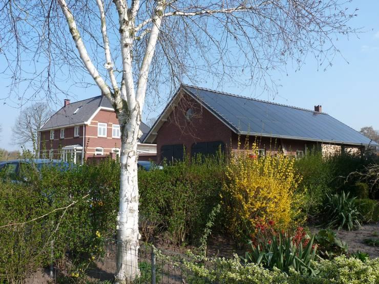 Tuinzijde energieplus huis met Jugenstil kenmerken:  Huizen door Villa Delphia
