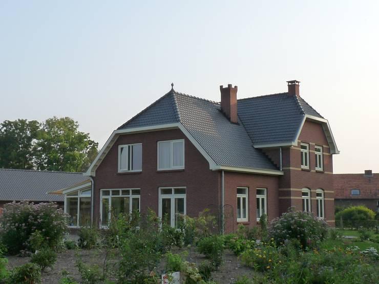 Zijaanzicht energieplus huis met Jugenstil kenmerken:  Huizen door Villa Delphia