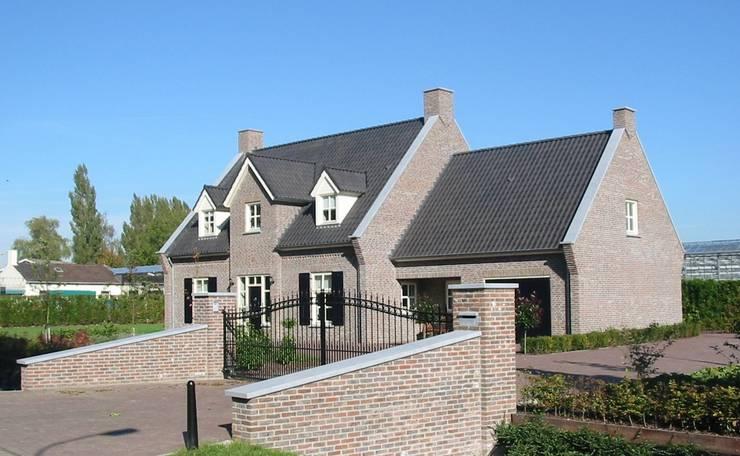 Zijaanzicht landhuis in stijl van een Kempische Hoeve.:  Huizen door Villa Delphia