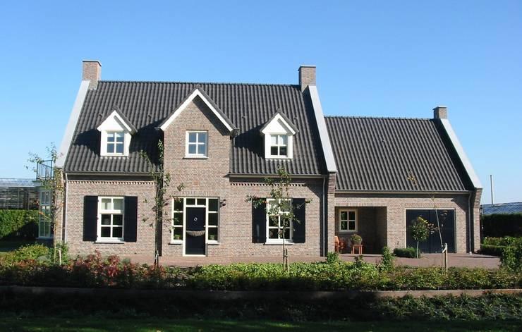 Vooraanzicht landhuis in stijl van een Kempische Hoeve.:  Huizen door Villa Delphia