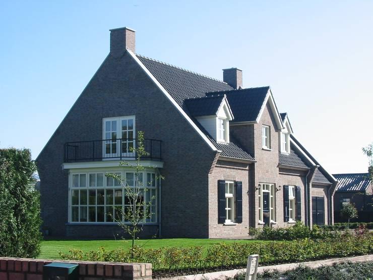 Zijaanzicht landhuis in stijl van een Kempische Hoeve.: landelijke Huizen door Villa Delphia